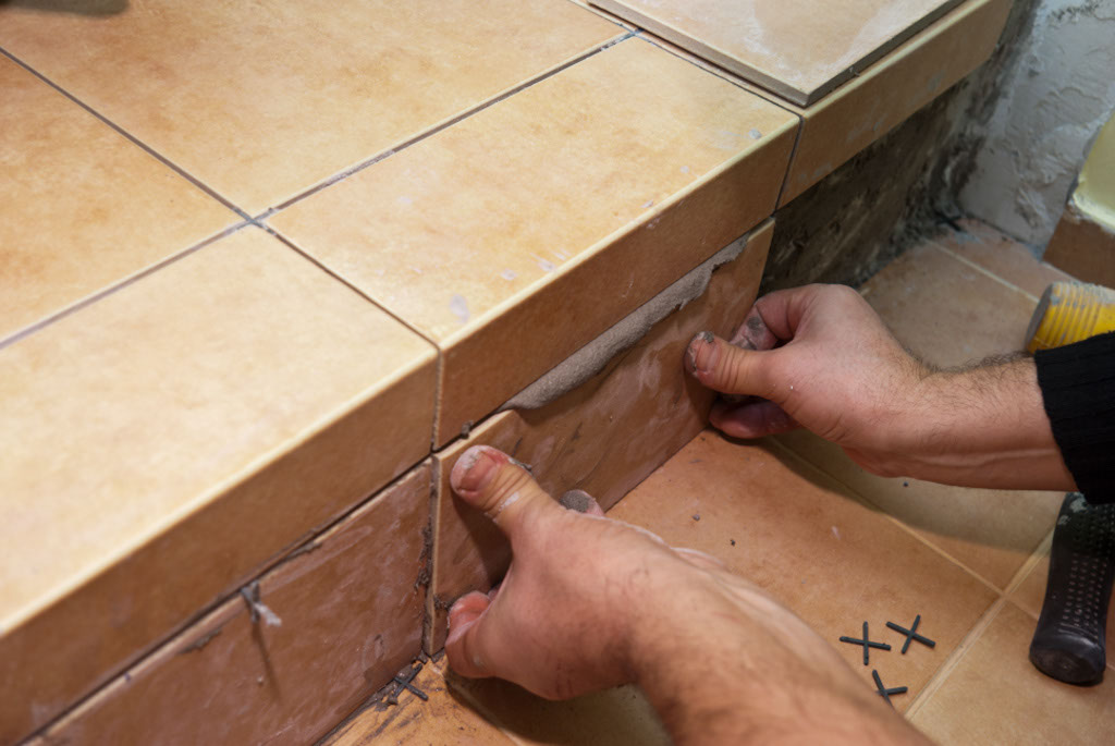 как класть плитку на ступеньки